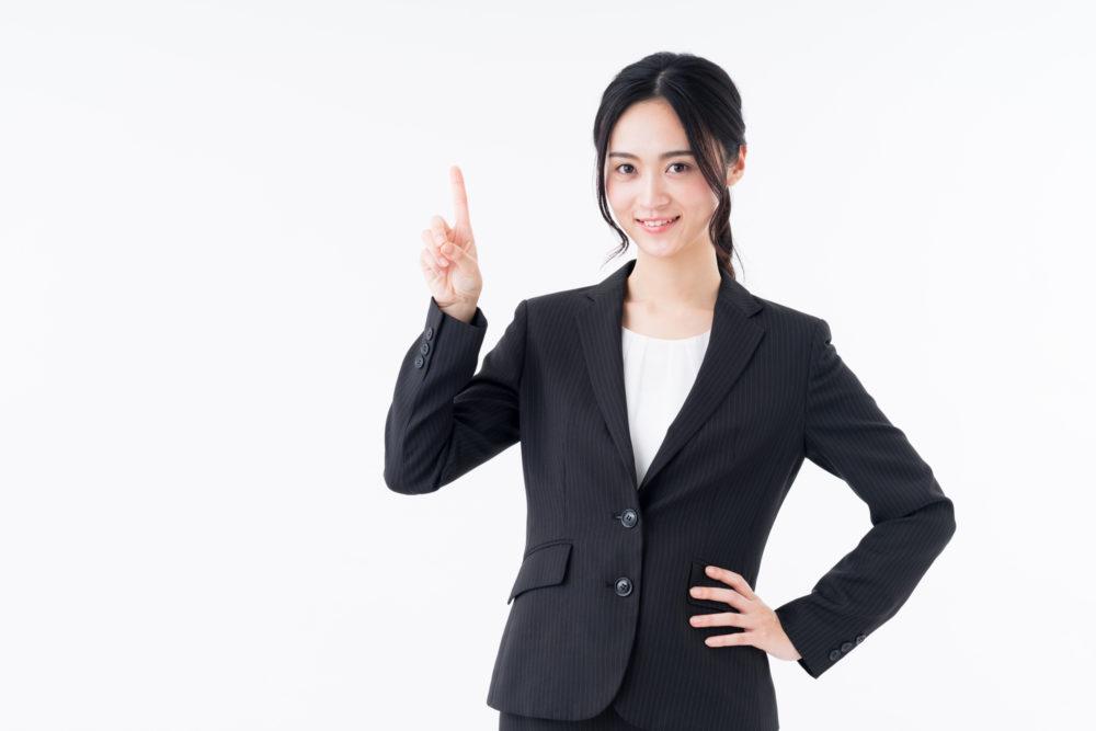 スーツを着た女性が大事なポイントを紹介する画像