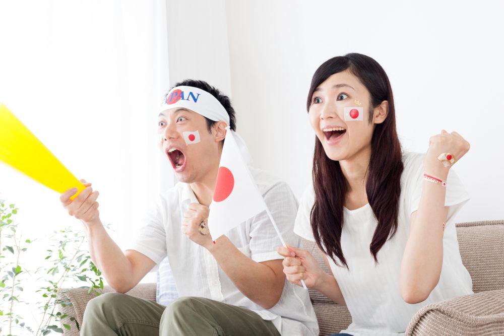 試合を観戦している夫婦
