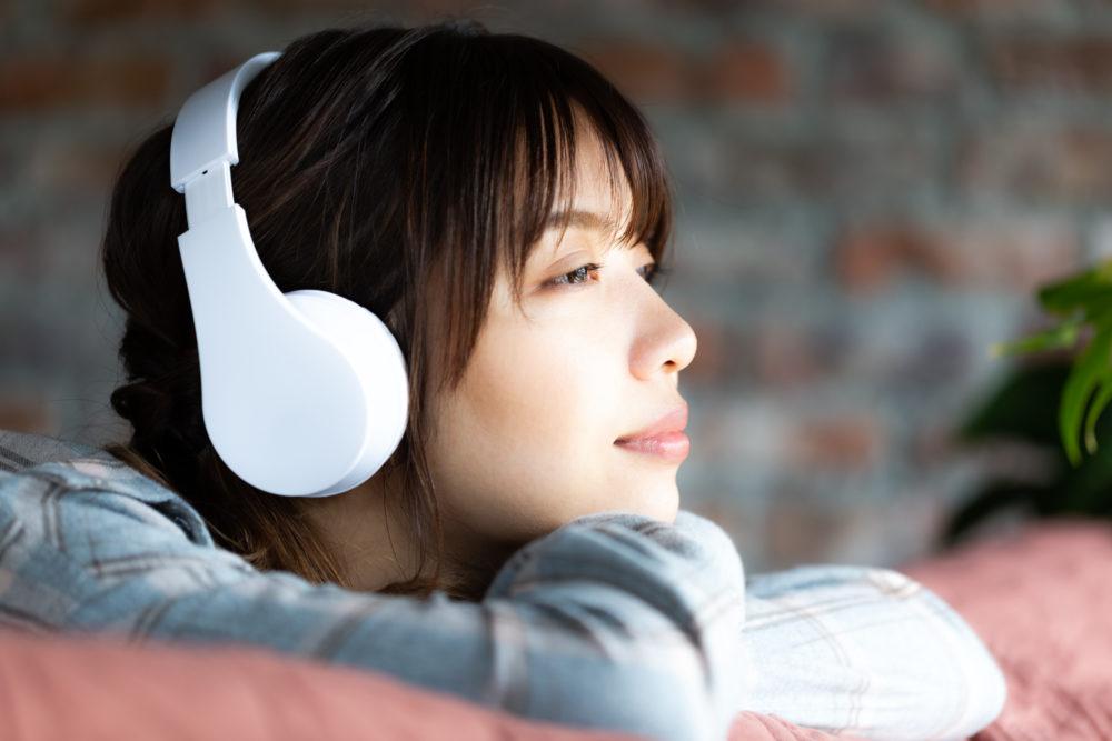 音楽配信サービスで視聴する女性